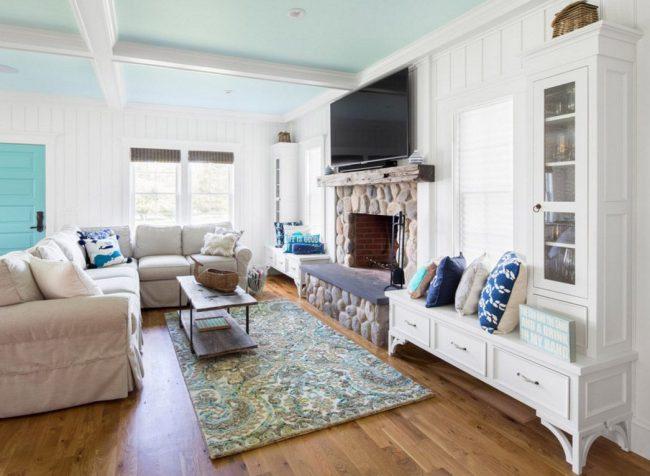 Une étagère TV peut être une excellente continuation d'autres objets d'intérieur, par exemple une cheminée.