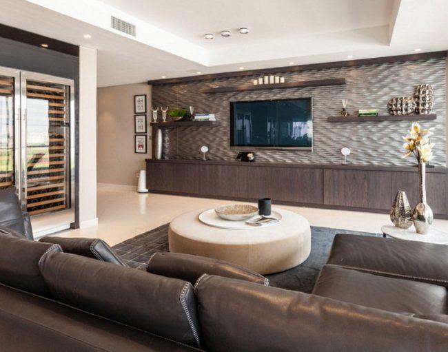 Conception non standard d'une niche pour un téléviseur: étagères murales avec des objets d'intérieur placés autour du téléviseur