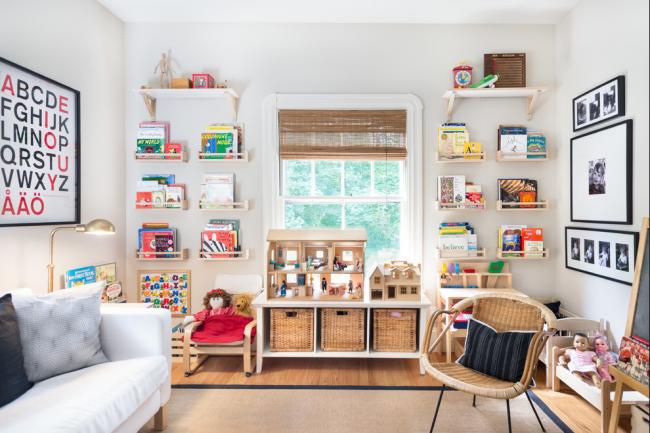 Tandem fonctionnel de tiroirs en osier et d'étagères suspendues dans la chambre des enfants