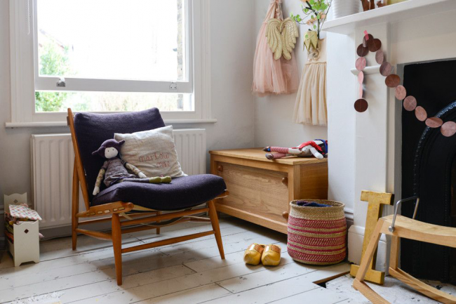 Un coffre en bois deviendra un point fort de la chambre des enfants