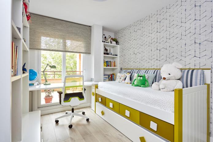 table près de la fenêtre et lit avec tiroirs