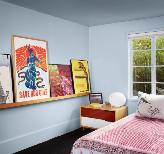 Table de chevet rectangulaire à façade lumineuse dans une chambre d'ado