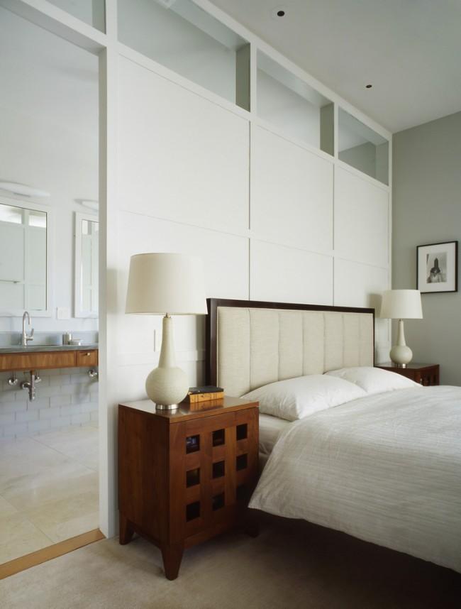 Armoire carrée avec fenêtres décoratives sur la porte