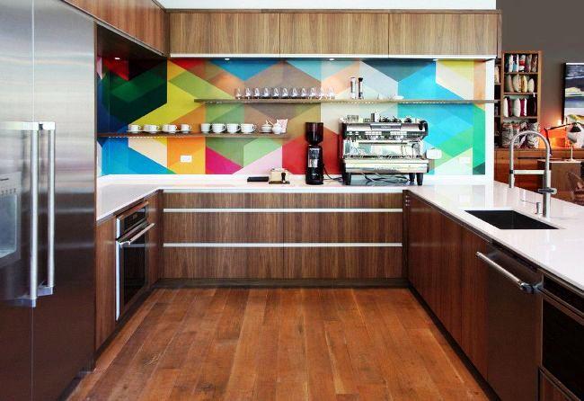 Les peaux de verre brillantes occupent tout le mur de travail dans la cuisine