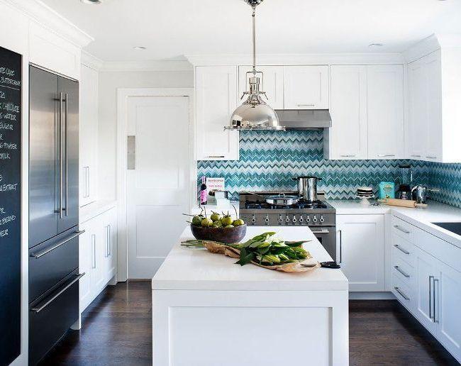 Les skinals saturés brillants sont magnifiques dans une cuisine lumineuse