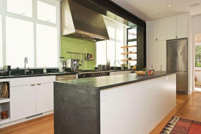 Panneau vert clair gai à la peau dans une cuisine moderne