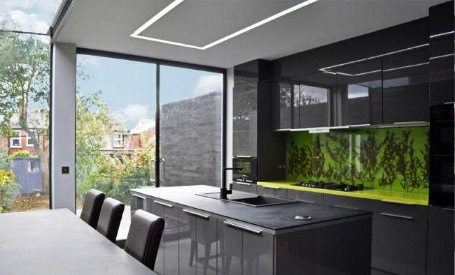 Les peaux vertes juteuses donnent vie à la cuisine dans des couleurs sombres