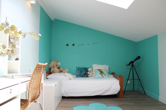 mur turquoise dans la pépinière