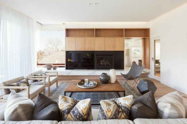 Mur dans le salon avec un endroit pour la télévision et une cheminée décorative