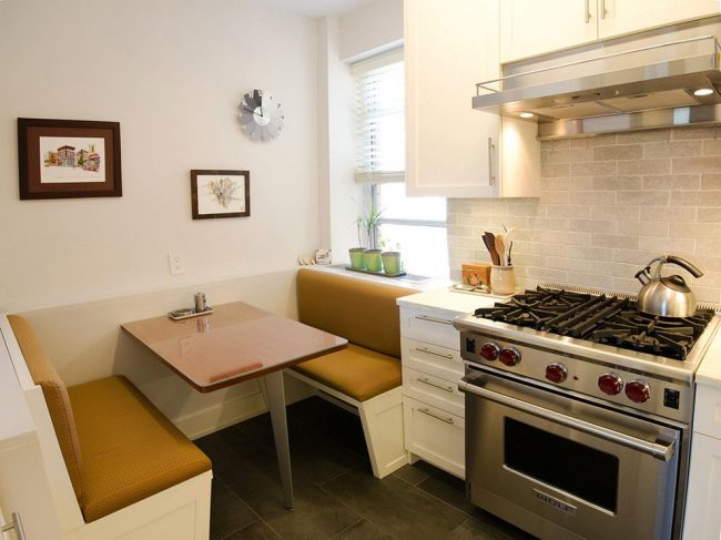 Petite cuisine moderne avec une table pliante compacte et des canapés spacieux et confortables