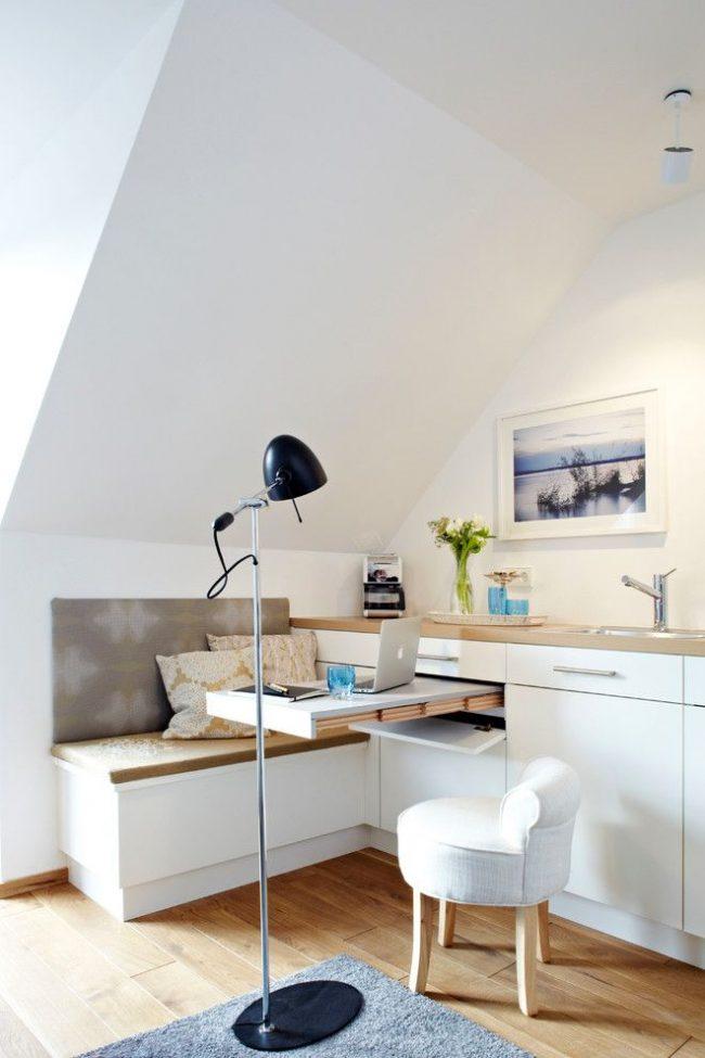 Une table gigogne dans une cuisine moderne, qui sert également de lieu de travail