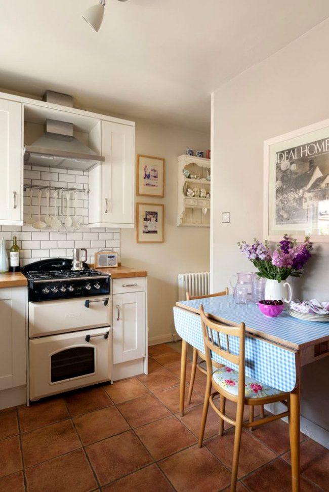 Cuisine légère et confortable avec une table pliante d'une transformation de conception simple qui augmente l'espace à manger