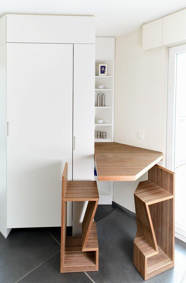 Espace repas simple mais original : table pliante et chaises hautes avec repose-pieds