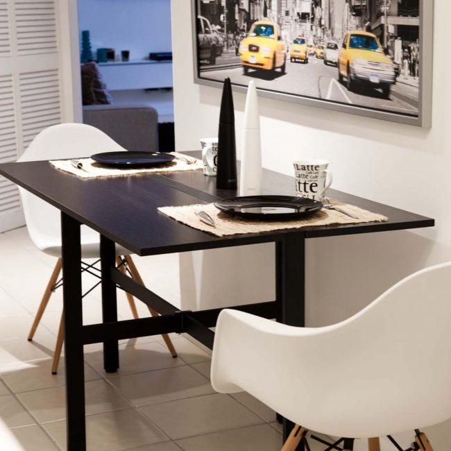 Compacité, conception simple et faible poids sont les principaux avantages d'une table de cuisine pliante