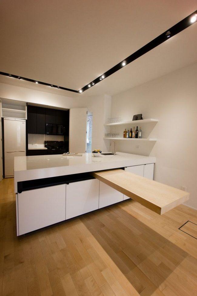 Table gigogne de l'îlot de cuisine dans la cuisine dans le style du minimalisme