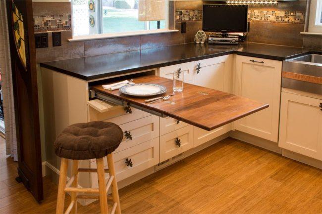 Ensemble de cuisine équipé d'une table gigogne, qui peut être utilisé non seulement comme coin repas, mais aussi comme bureau