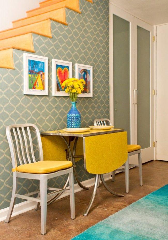 Intérieur rétro avec table pliante ergonomique jaune vif