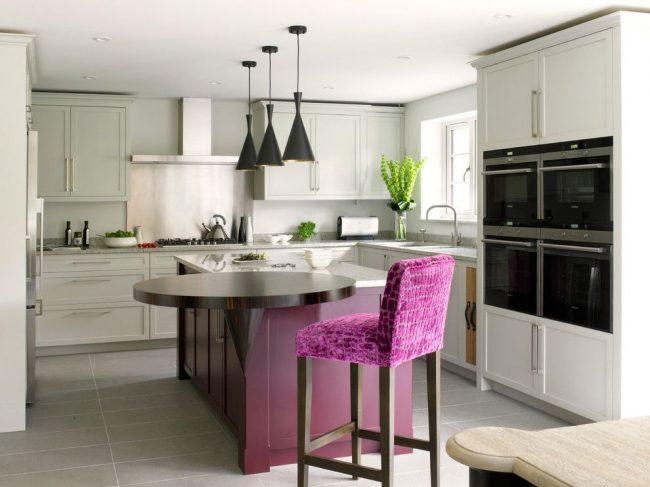 Cuisine londonienne tendance aux couleurs grises et violettes avec un mobilier laconique.  Modification originale de la salle à manger ronde - avec un support, qui prolonge l'îlot de cuisine