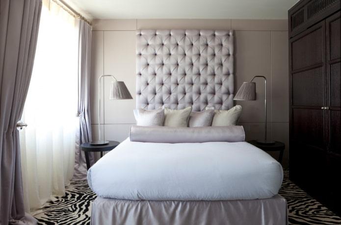 tête de lit moelleuse près du lit