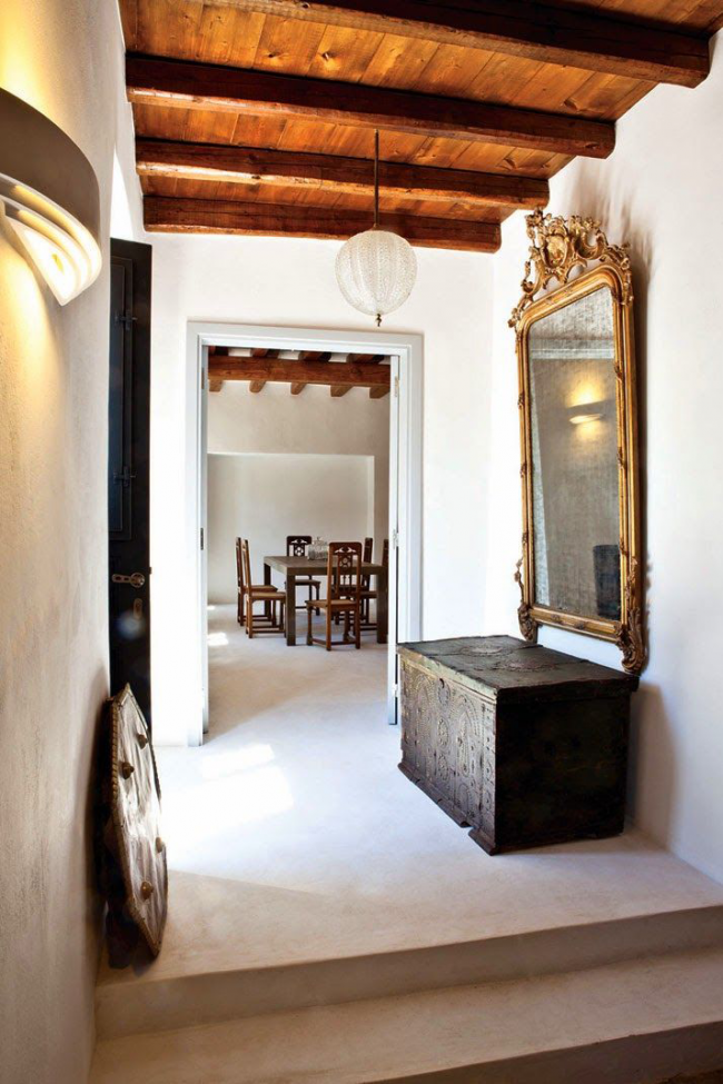 Le coffre peut être utilisé dans le couloir comme armoire sous le miroir
