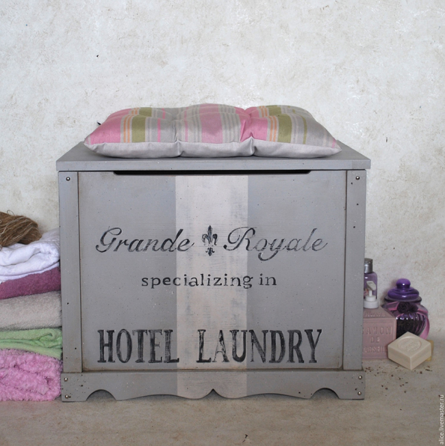 La salle de bain sera décorée d'un coffre de style provençal