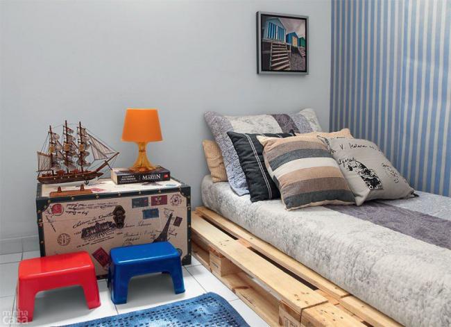 Table de chevet coffre dans une chambre nautique