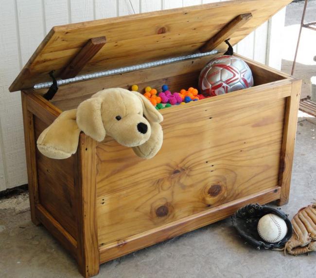 Coffre à jouets fait maison dans la pépinière