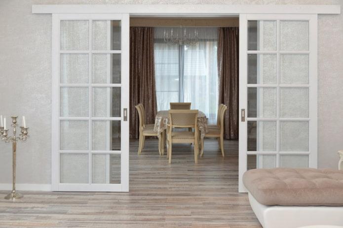 portes coulissantes en verre à l'intérieur