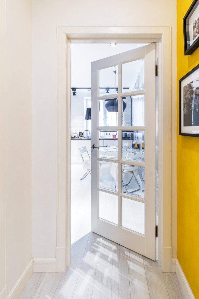 portes avec verre transparent à l'intérieur