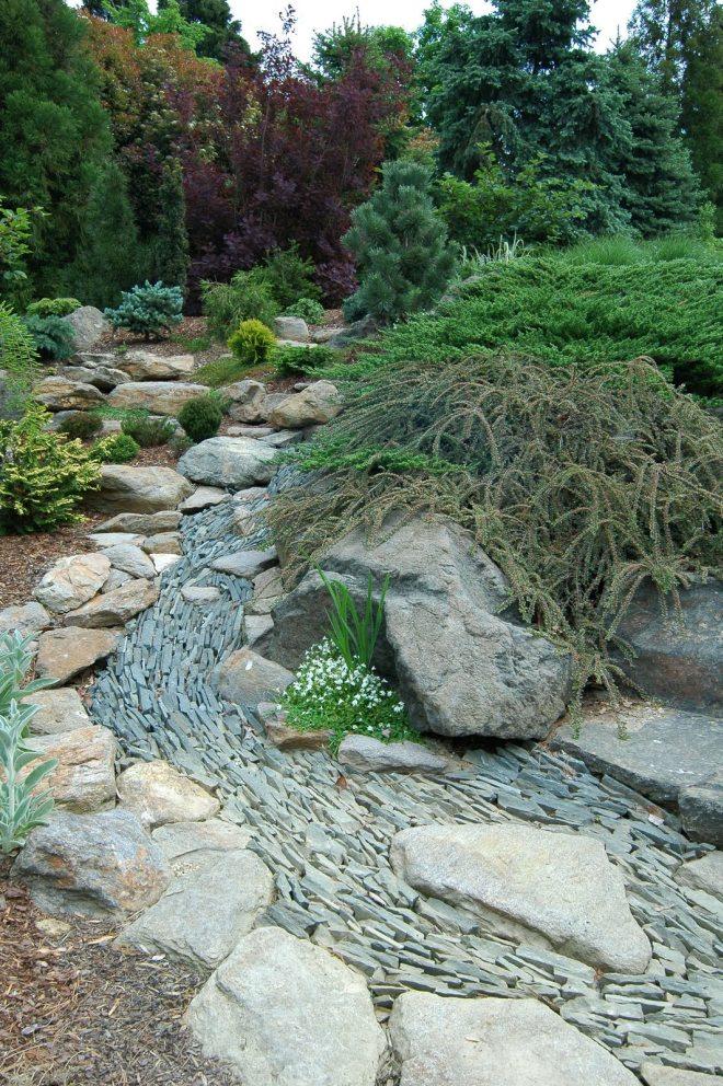 illusion de ruisseau sec d'un vrai ruisseau en raison de pierres inhabituellement disposées
