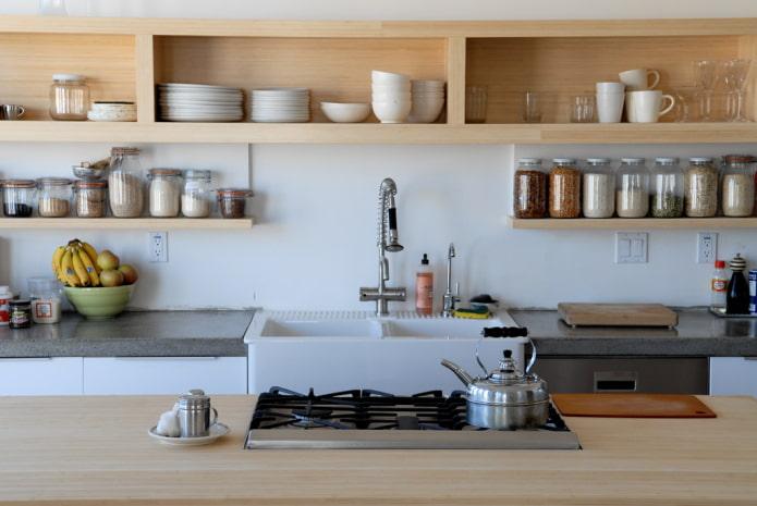 étagères suspendues à l'intérieur de la cuisine