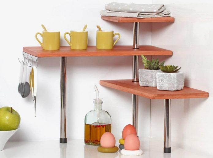 étagères de table à l'intérieur de la cuisine