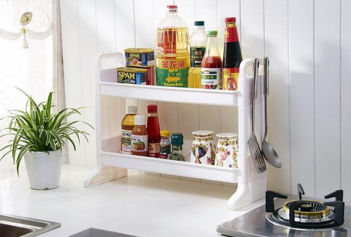 étagères en plastique à l'intérieur de la cuisine