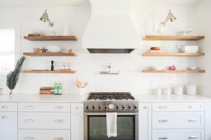 étagères en bois à l'intérieur de la cuisine