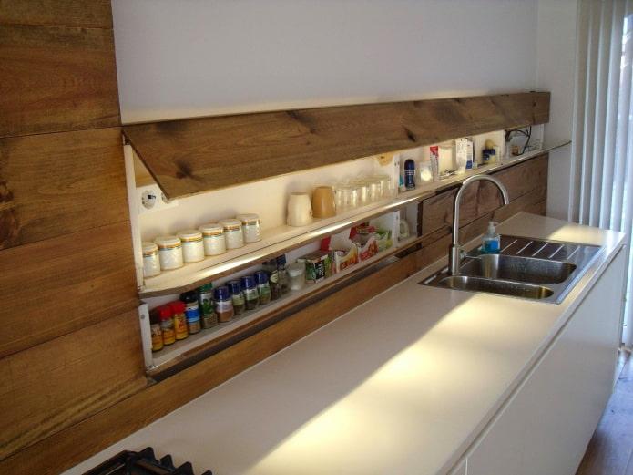 étagères cachées à l'intérieur de la cuisine