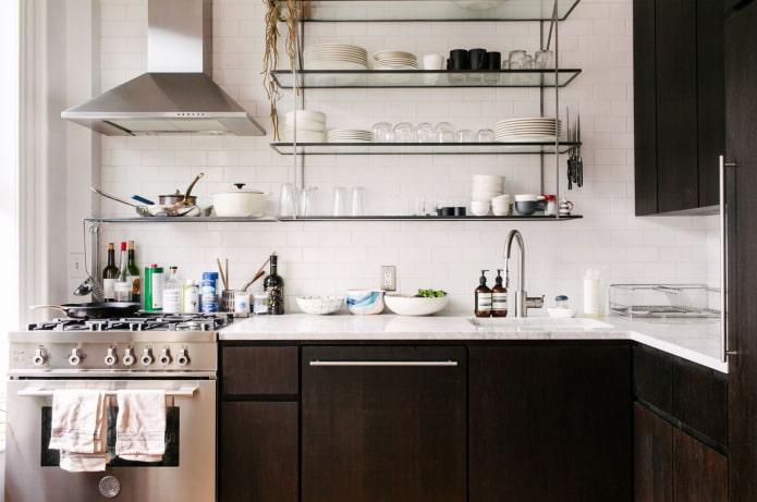 étagères en verre à l'intérieur de la cuisine