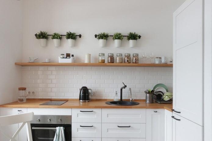 étagère étroite droite à l'intérieur de la cuisine
