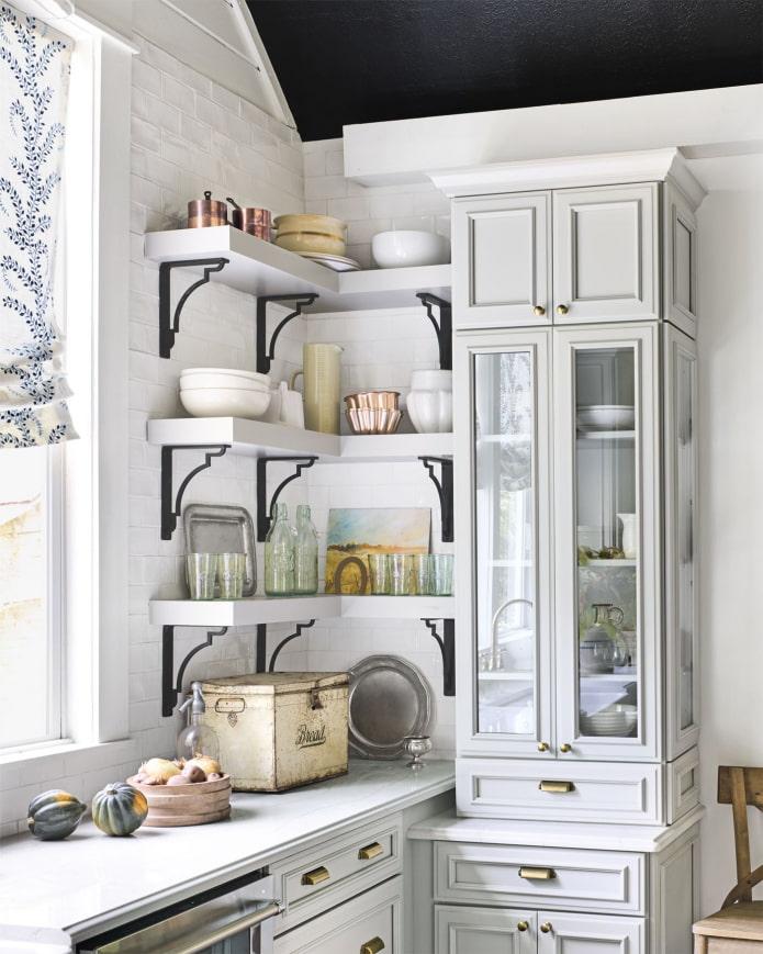 étagères d'angle à l'intérieur de la cuisine
