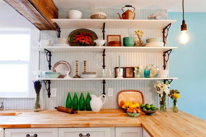 étagères décoratives à l'intérieur de la cuisine