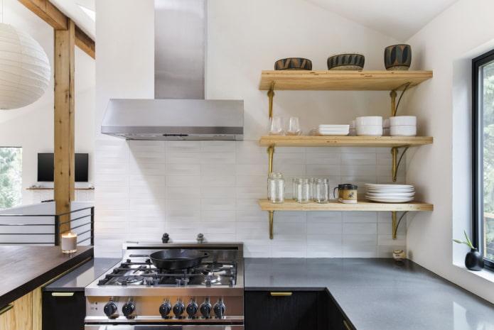 étagères pour la vaisselle à l'intérieur de la cuisine
