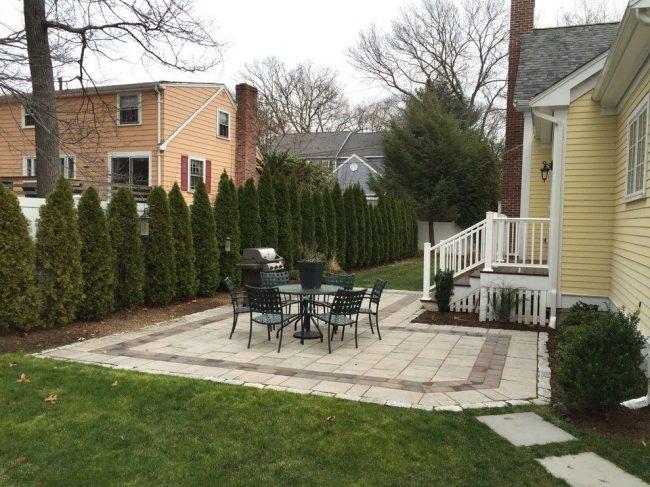 Petit patio à la campagne avec des dalles de pavage de couleur claire