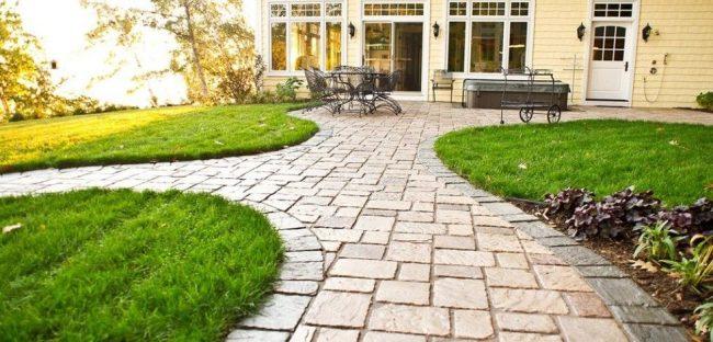Dalles sous pierre naturelle sur les allées du jardin du chalet d'été