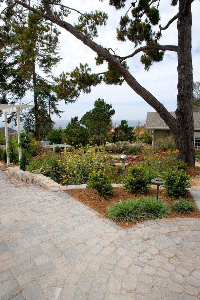 Les dalles de pavage sont pratiques à utiliser à la fois sur une grande surface et sur des allées de jardin étroites