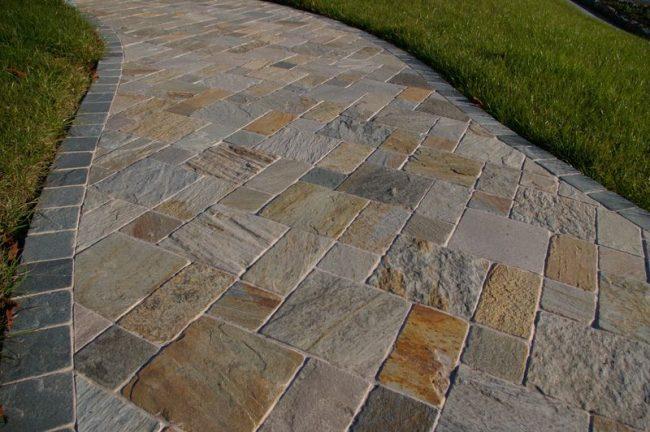 De belles dalles sous une pierre agrémenteront les allées de votre maison de campagne