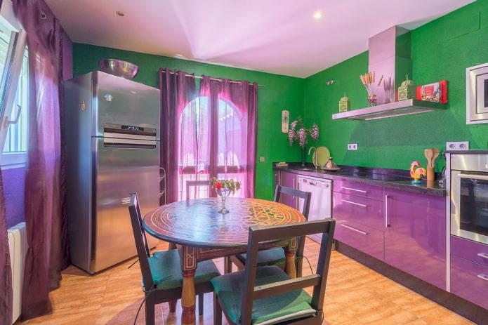 conception de cuisine dans des tons violet-vert