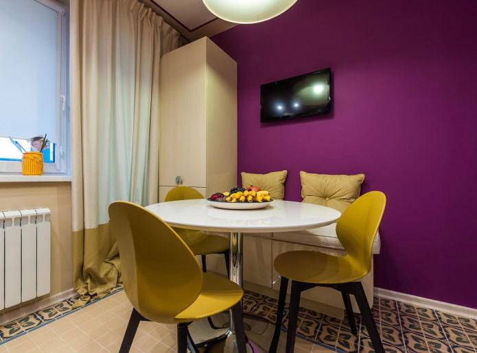 conception de cuisine dans des tons violets avec des accents jaunes