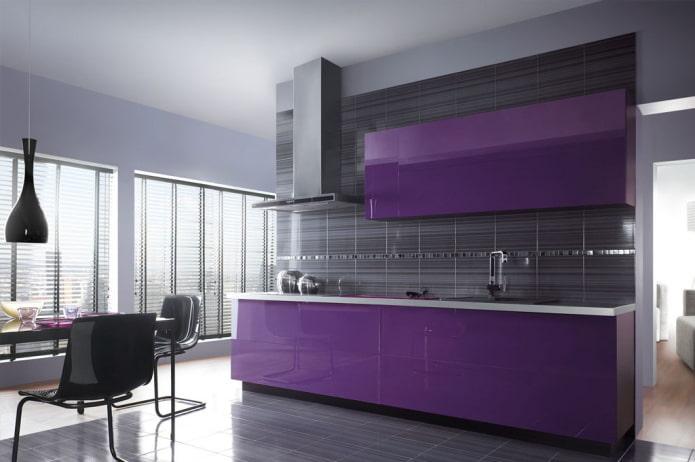 conception de cuisine dans les tons noir et violet