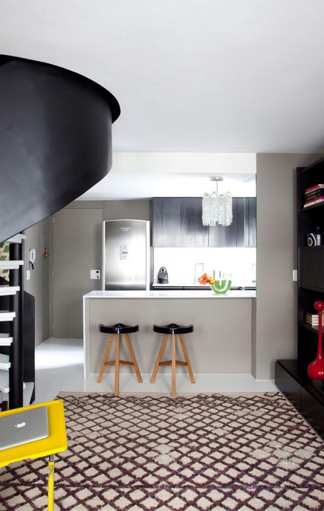Escalier en colimaçon noir avec marches blanches