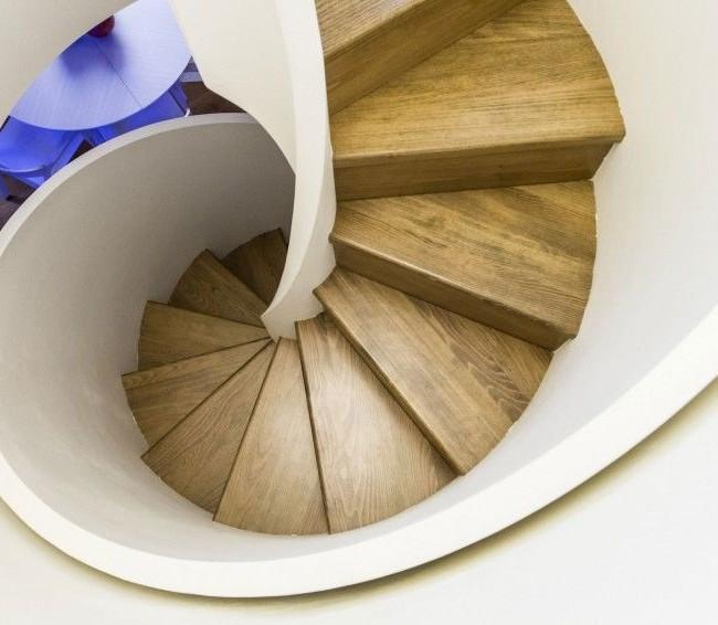 Escalier en colimaçon avec marches en bois