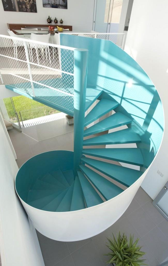 Escalier en colimaçon bleu